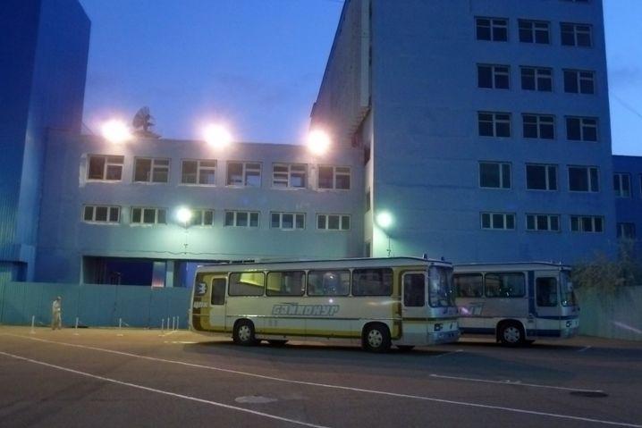 Getrennte Busse für Besatzung und Backup-Crew (im Mai 2014)