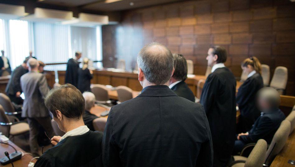 Angeklagte und Anwälte im Landgericht Köln