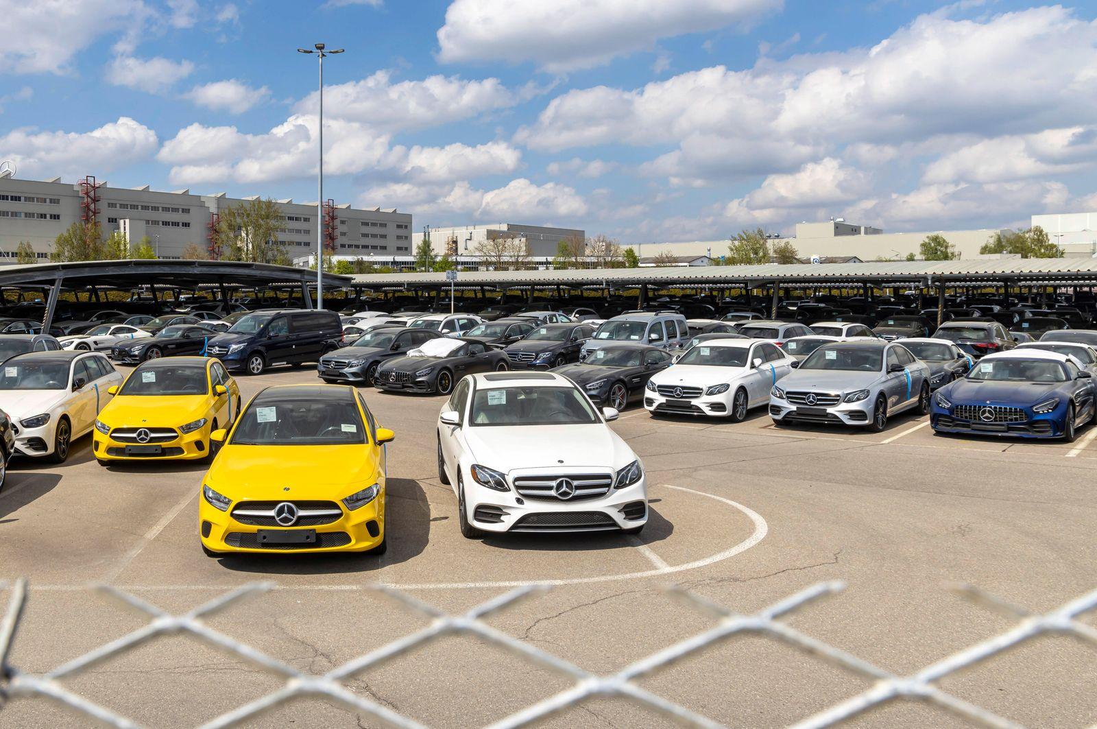 DEU; Deutschland, Baden-W¸rttemberg, Sindelfingen, 19.04.2020 - Fahrzeuge von Mercedes stehen im Werk Sindelfingen zur