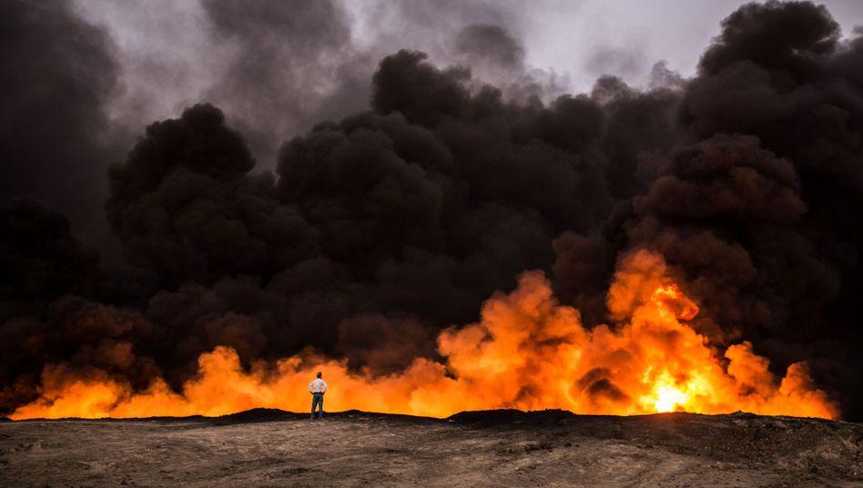 Brennender Verteidigungsgraben bei Mossul