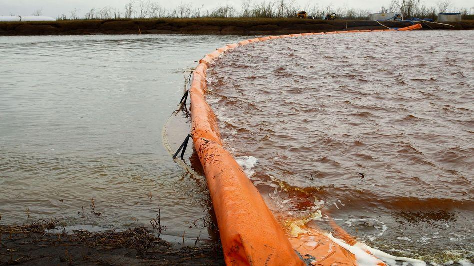 """Ölbarriere auf dem Fluss Ambarnaja (am 10. Juni): """"Die alternde Infrastruktur ist das Schlüsselproblem"""""""