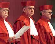 Verfassungsgerichts-Präsidentin Limbach (mit den Richtern Jentsch und Broß): Prüfung auf Grundgesetzestreue