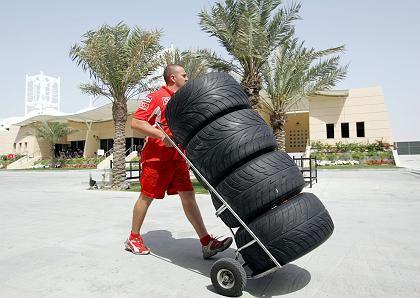 Ferrari-Mitarbeiter beim Reifentransport: Wie gut greift die Piste?