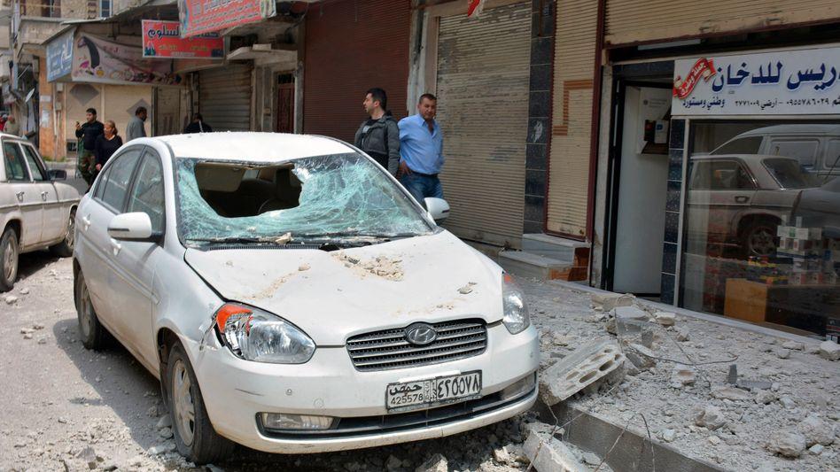 Beschädigtes Auto in Homs, Syrien: Israel hat Aktivsten zufolge erneut Ziele in dem Bürgerkriegsland angegriffen
