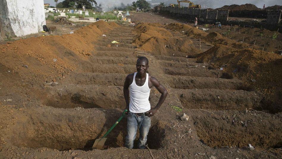 Gräber in Sierra Leone: Die Zahl der Ebola-Opfer steigt noch immer