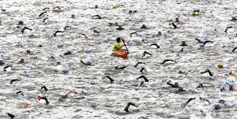 Schwimmer in der Seine beim Paris-Triathlon 2011: Unter Sportsfreunden herrscht eine wunderbar-tolerante Beklopptheit