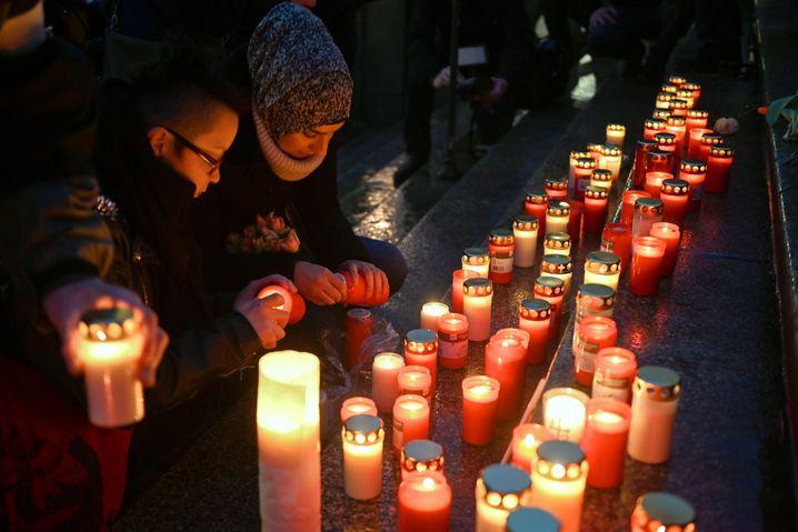 Kerzen für die Opfer von Hanau bei einer Gedenkveranstaltung vor dem Rathaus in Kassel.
