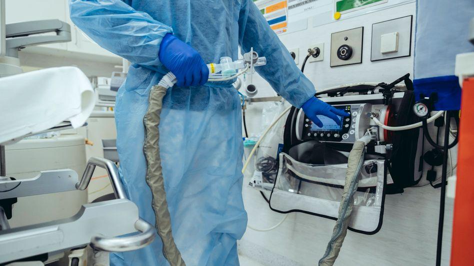 Arzt mit Beatmungsschlauch