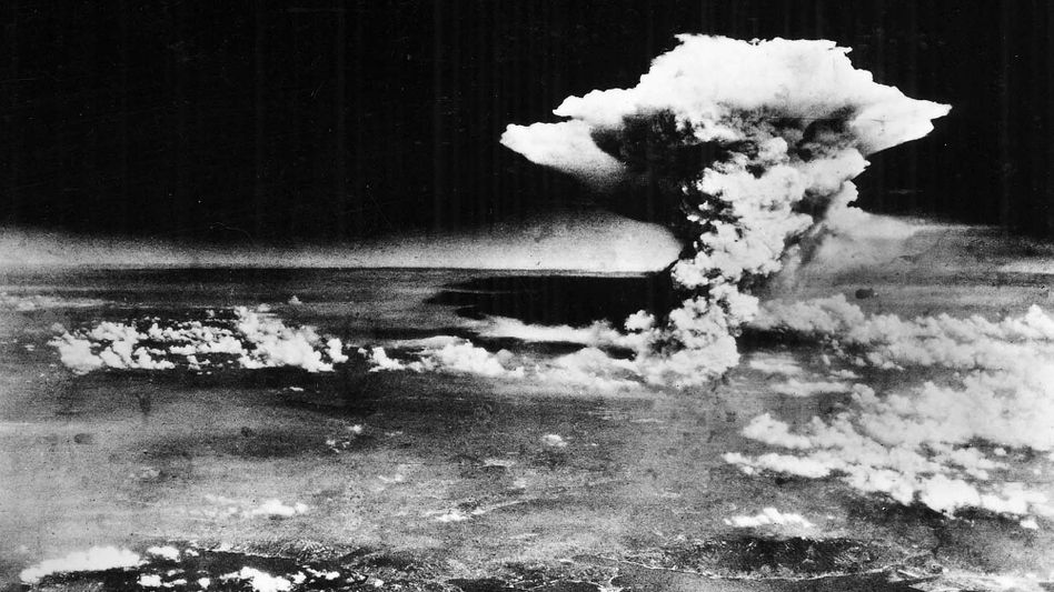 Atompilz über der zerstörten Stadt Hiroshima, Japan, 6. August 1945