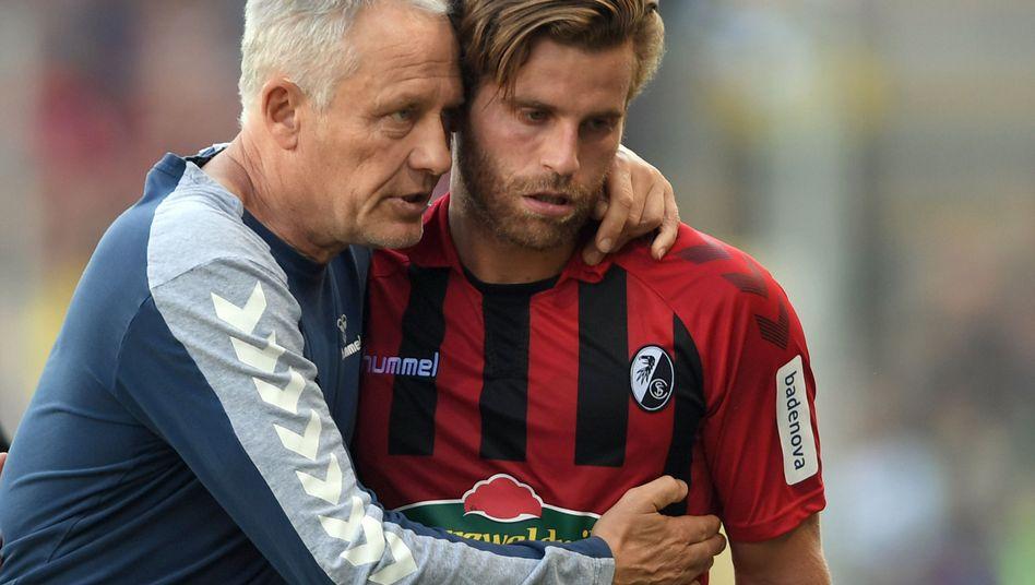 Trainer mit enger Bindung zu den Spielern: Christian Streich (links) umarmt Torschützen Lucas Höler