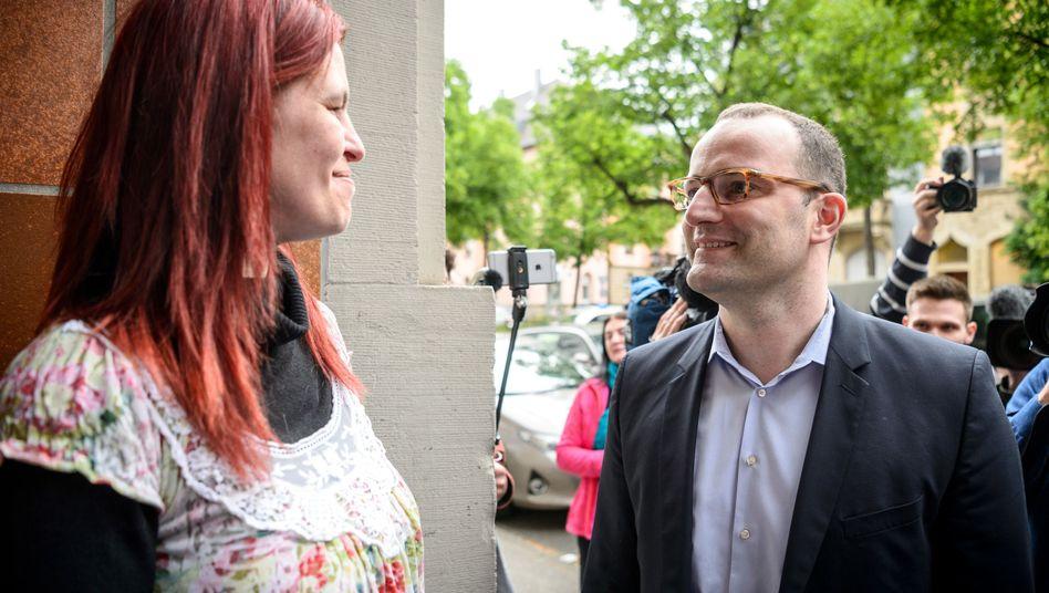 Hartz-IV-Empfängerin Sandra Schlensog begrüßt Gesundheitsminister Jens Spahn (28.4.2018)