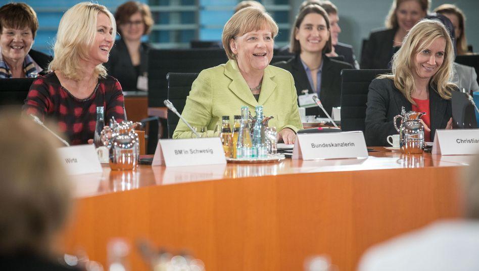 """Kanzlerin Merkel (Mitte), Ministerin Schwesig (l.), Christiansen: """"Beschlossen"""""""