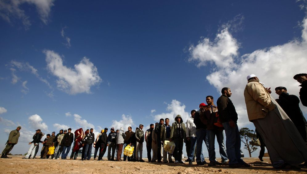 Photo Gallery: Foreigners Flee Across the Libyan Border Into Tunisia
