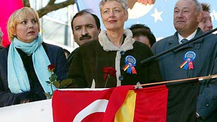 Demo gegen islamische Extremisten: Der Flaggenmarsch