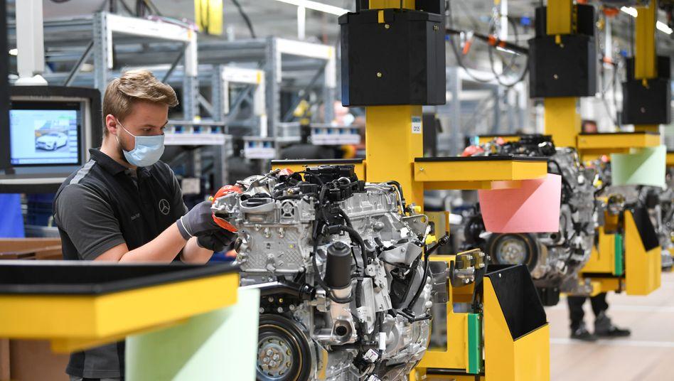 Motorenfertigung mit Maske: Daimler-Werk in Bad Cannstatt