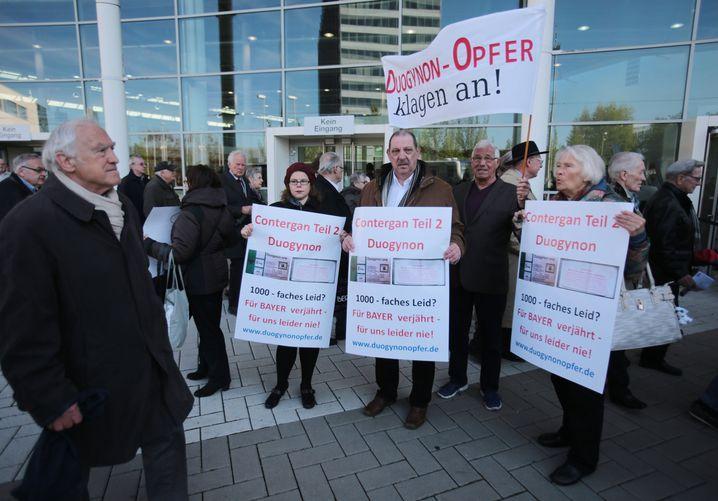 Demonstrantin Clerc (r.) im April vor der Hauptversammlung der Bayer AG in Köln