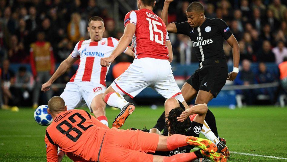 Kylian Mbappé (r.) trifft gegen Roter Stern Belgrad