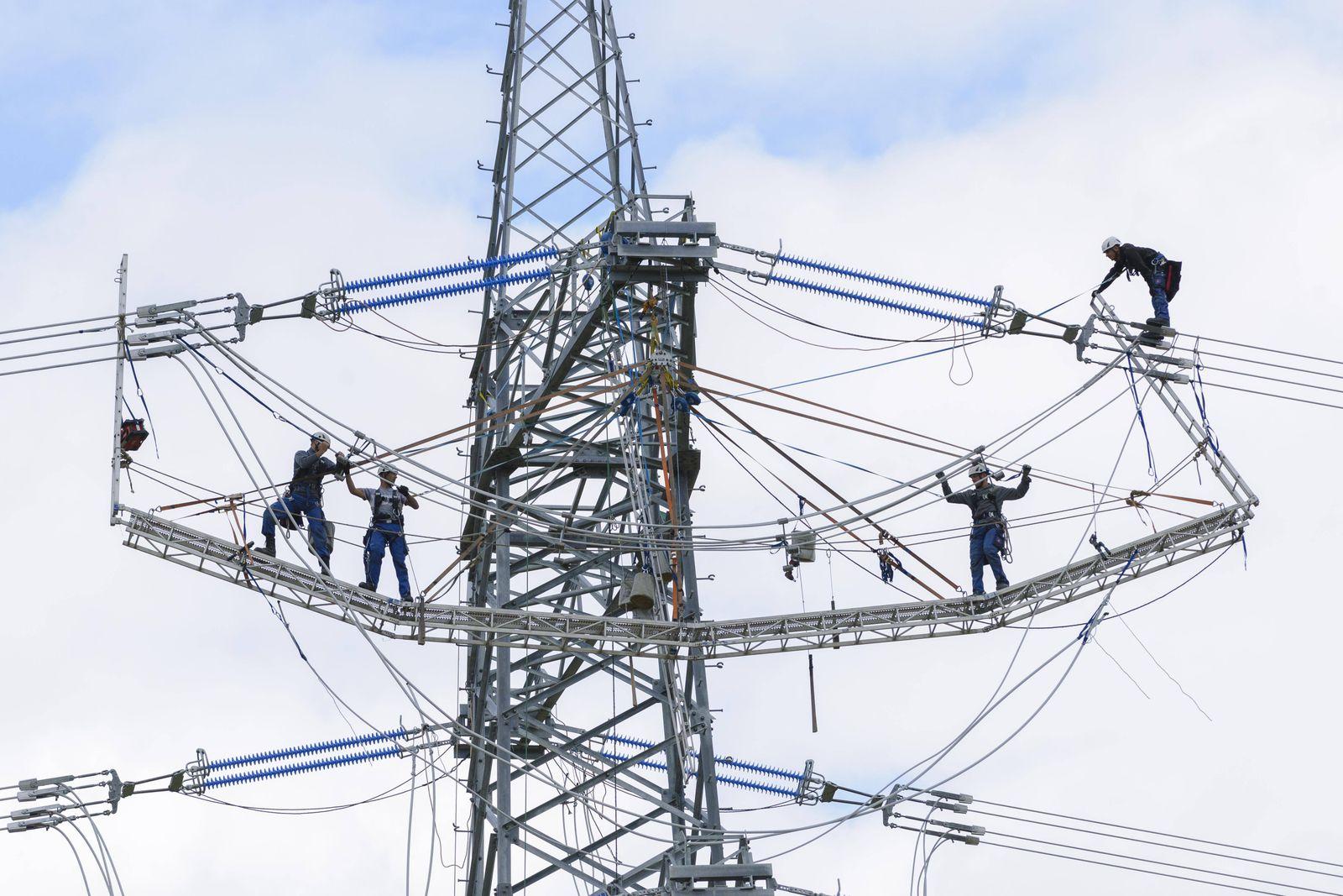 Hochspannungsmonteure Überlandleitungen für Strom Deutschland Europa *** High voltage fitters tr
