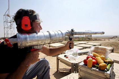 Beschuss aus Israel: Mit einer selbstgebauten Waffe feuert ein Mann Gemüse und Eier auf Palästinensergebiet