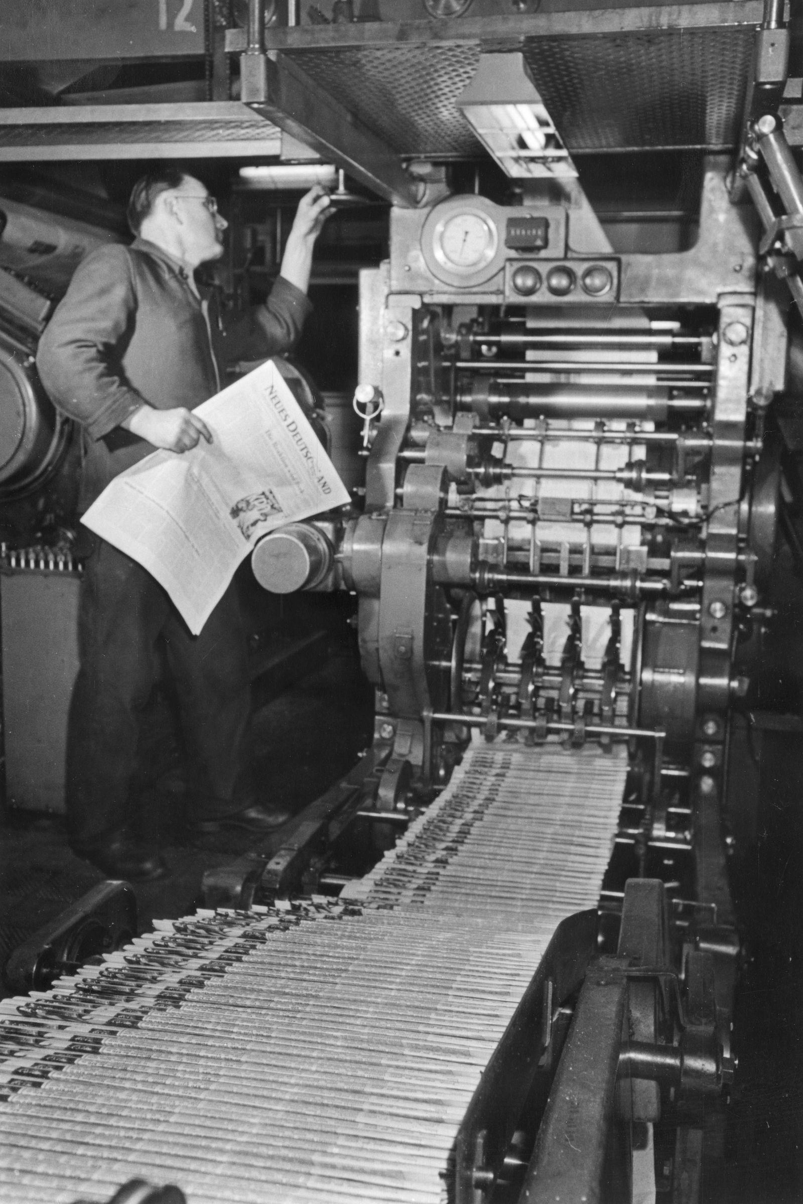 """In der Druckerei werden die fertigen Exemplare der Zeitung """"Neues Deutschland"""" kontrolliert"""