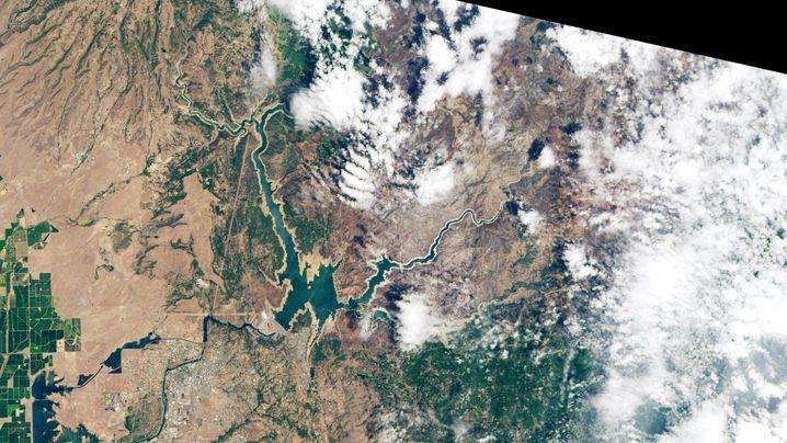Der Lake Oroville fasste im Juni 2019 (links) noch deutlich mehr Wasser als im Juni 2021 (rechts).