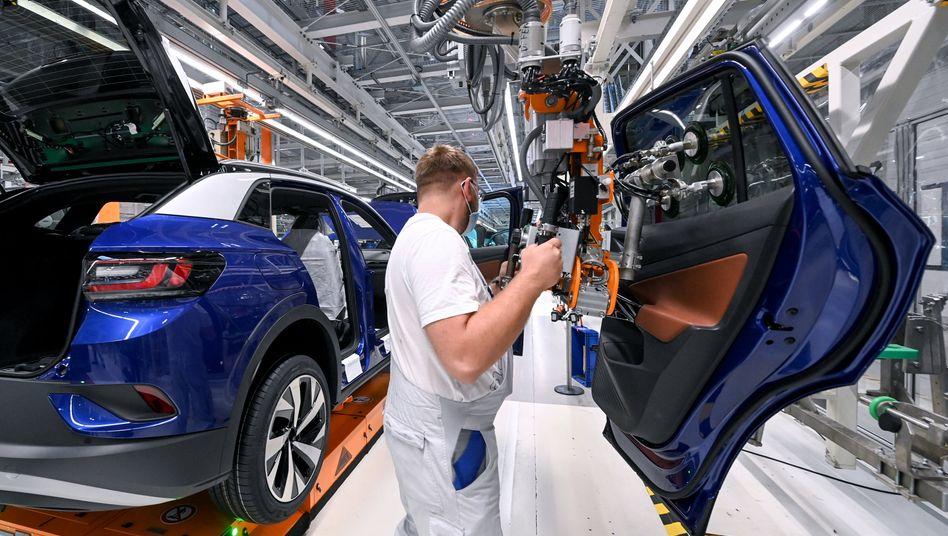 Mitarbeiter im Volkswagenwerk in Zwickau