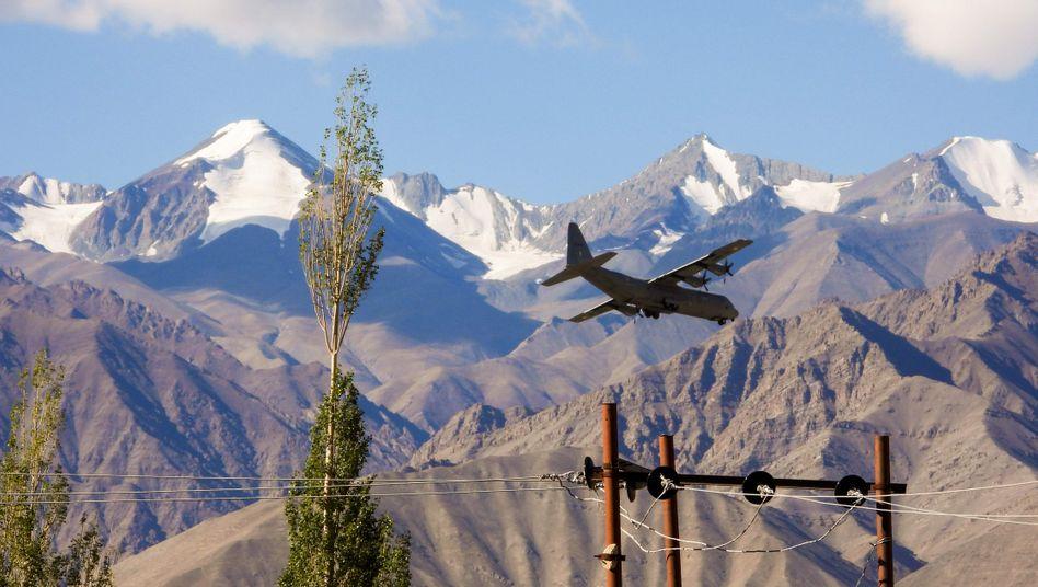Ein indisches Militärtransportflugzeug in der Grenzregion Ladakh zwischen Tibet, der Volksrepublik China und Indien
