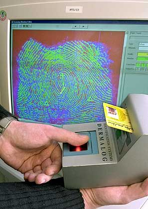 Gerät liest individuellen Fingerabdruck des Pass-Besitzers