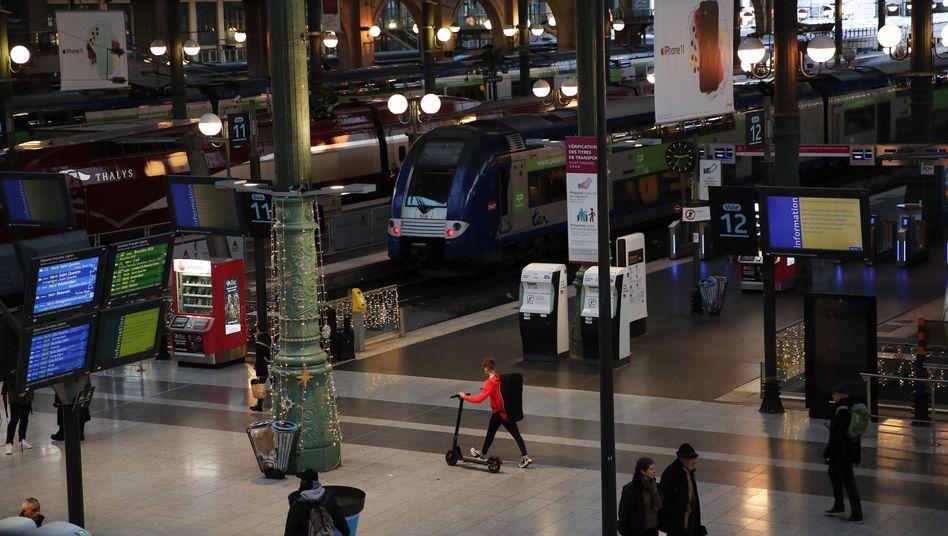 Reisende am Bahnhof Gare du Nord: Das Bahnchaos soll sich erst am Wochenende lichten