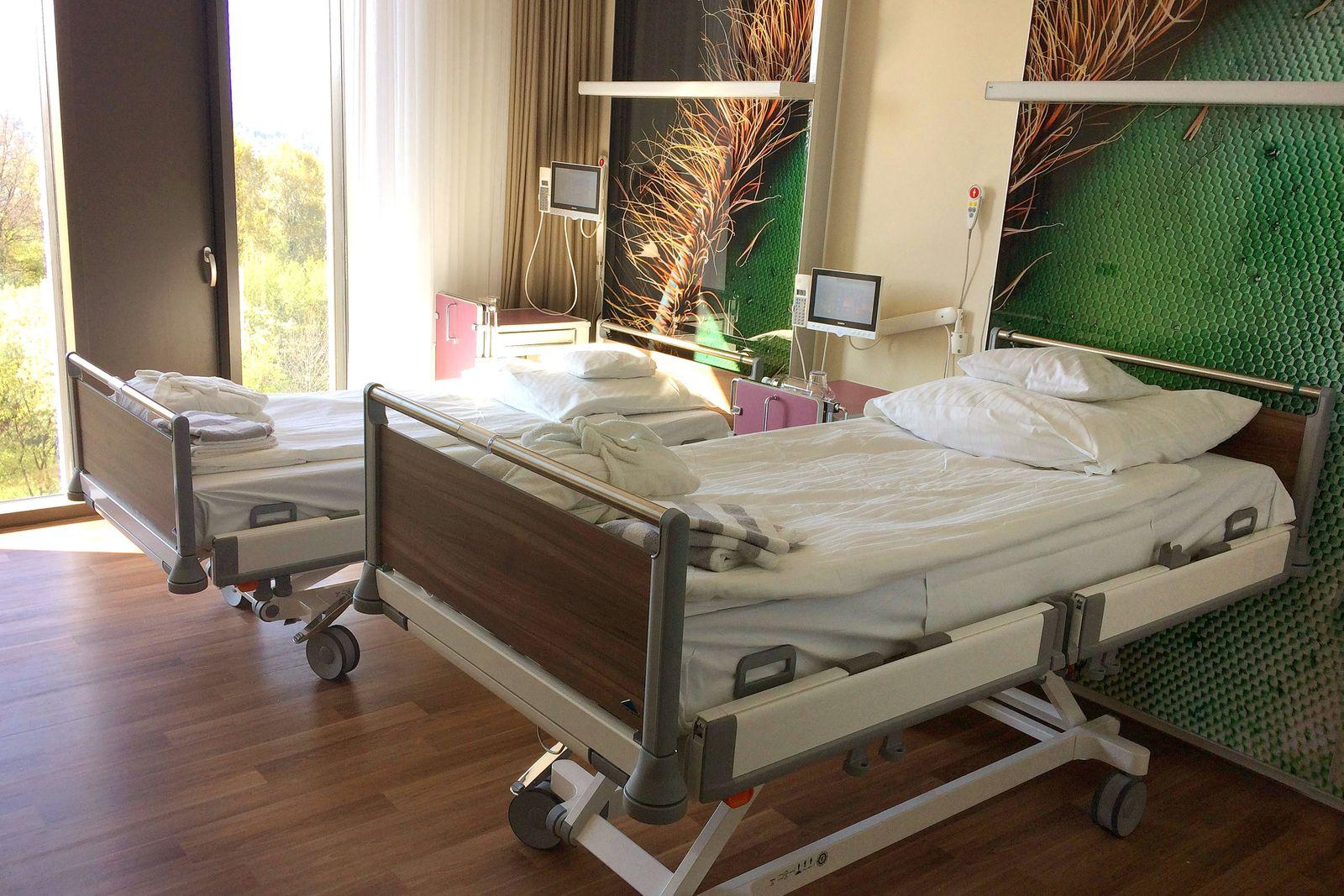 Leere Krankenhausbetten in einem Privat Zweibettzimmer Privatklinik Krankenhauszimmer Klinik Gesund