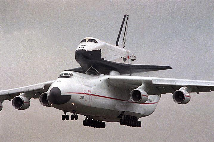 """An 225 mit """"Buran""""-Raumfähre auf der Luftfahrtmesse in Paris (1989)"""