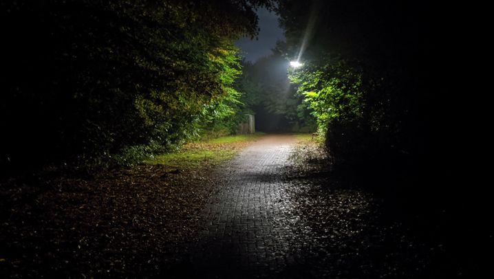 Derselbe dunkle Weg zweimal fotografiert: Links vom Pixel 4, rechts vom iPhone 11 Pro