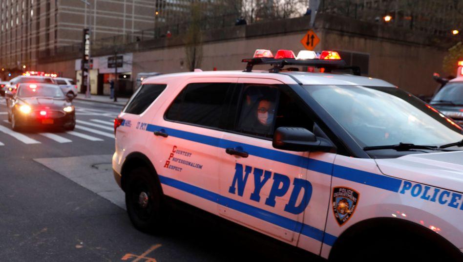 Polizeiautos in New York: leere Straßen, weniger Straftaten