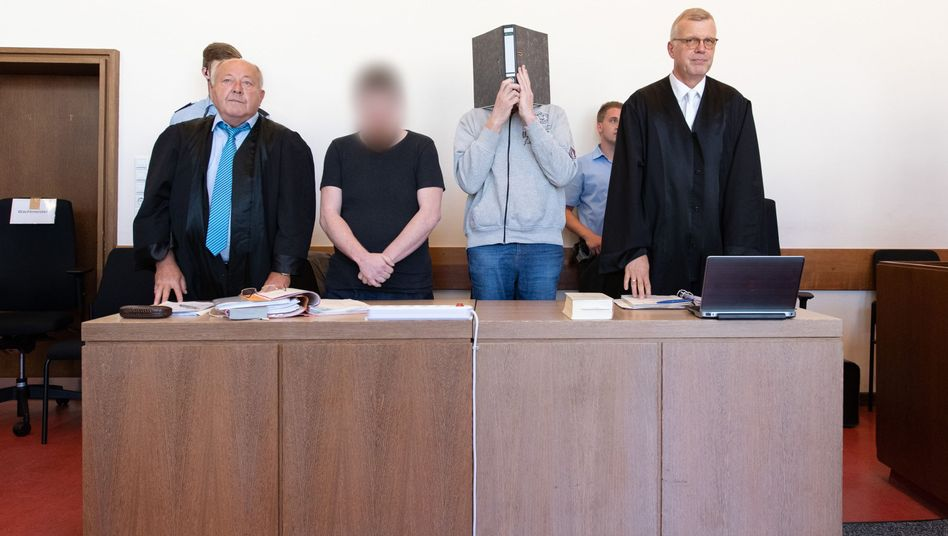 Die Angeklagten (Mitte) im Missbrauchsfall von Lügde sollen die Kinder nach Angaben eines Opferanwalts wechselseitig missbraucht haben