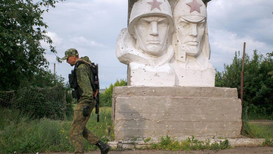 Prorussischer Separatist vor Sowjet-Denkmal