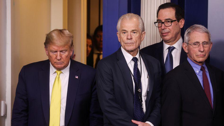 Krisenmodus im Weißen Haus: Donald Trump und sein Berater Peter Navarro neben Finanzminister Mnuchin und Epidemiologe Fauci