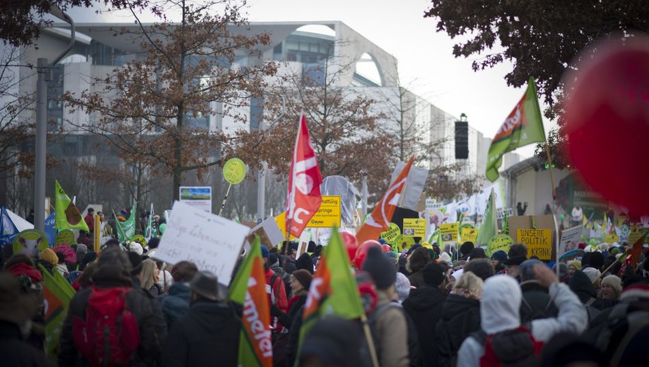 """Demonstranten vor dem Bundeskanzleramt: """"Millionenfaches Tierleid"""""""