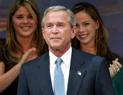 """Bush (mit seinen Töchtern Jenna, l., und Barbara): """"For a strong America"""""""