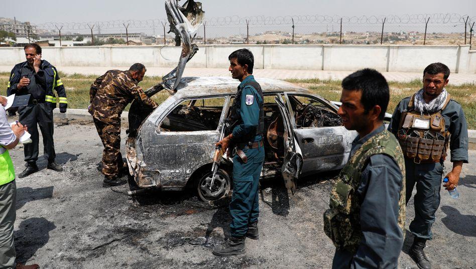 Sicherheitskräfte am Einsatzort: Mehr als ein Dutzend Raketen sind am Dienstag in Kabul eingeschlagen