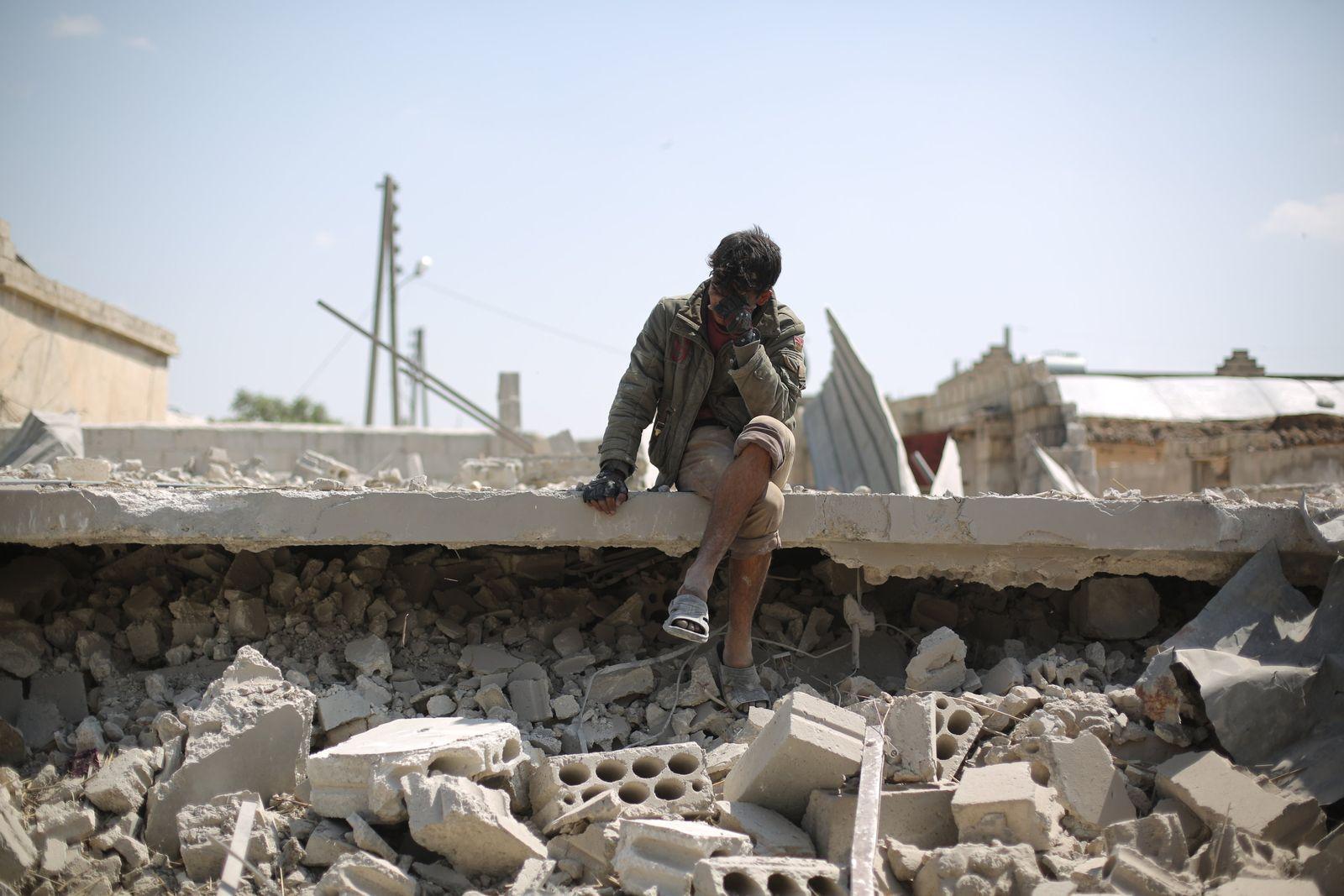 Mann nach Luftangriff in Idlib Syrien