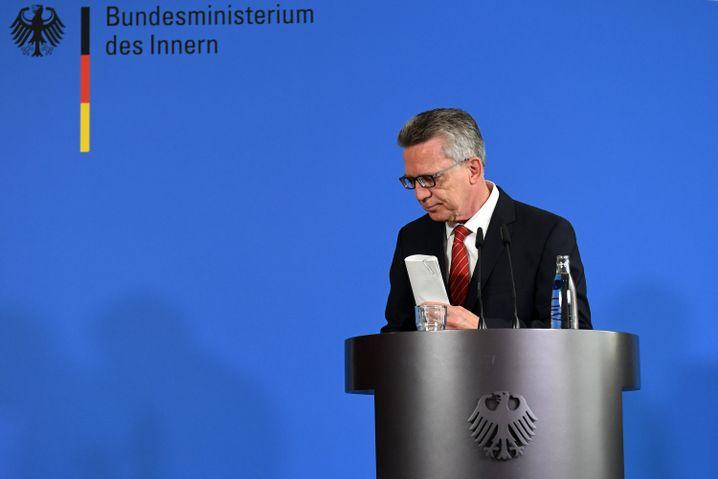 Bundesinnenminister de Maizière auf der Pressekonferenz in Berlin