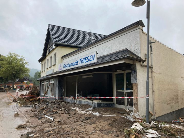 Dort, wo früher der Gehweg war, ist heute ein Acker: Eines der vielen zerstörten Gebäude in Schuld in der Eifel