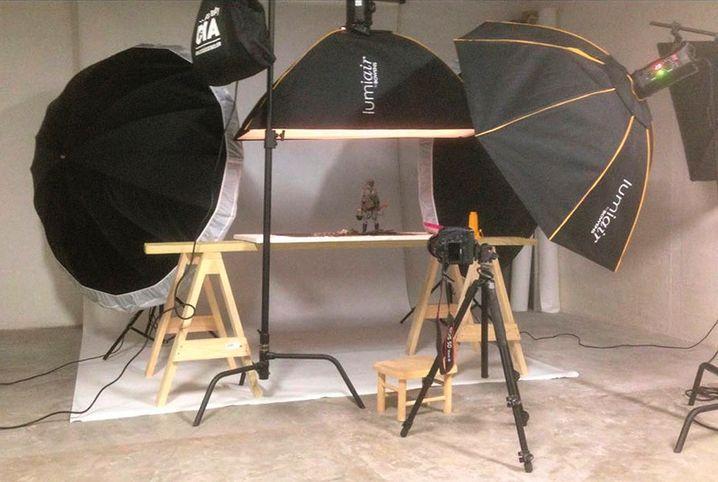 Der Aufbau im Studio: Die Figur des Soldaten wird vor einem weißen Hintergrund mehrfach aufgenommen und die Fokussierung des Makro-Objektivs dabei in kleinen Schritten verändert