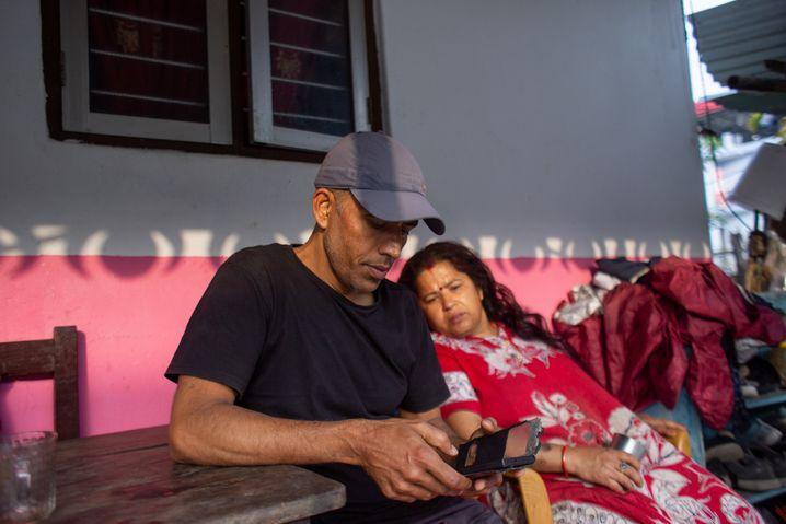 Dahal mit seiner Schwägerin: »Alle sind losgezogen, um reich zu werden«