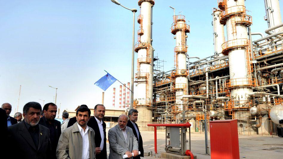 Präsident Ahmadinedschad in Ölraffinerie (Archivbild): Lieferungen eingestellt?