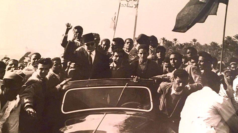 Salah Ben Youssef (auf dem Wagen links) kämpfte für die Unabhängigkeit Tunesiens von Frankreich. Für viele Tunesierinnen und Tunesier ist er bis heute eine Ikone.