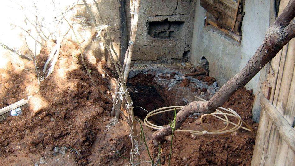 Das Loch, in dem Medine M. begraben war: Die Familie soll für ihren Tod verantwortlich sein