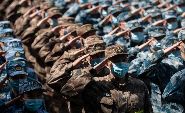 Salut mit Schutzmaske: Medizinisches Personal des chinesischen Militärs in Wuhan