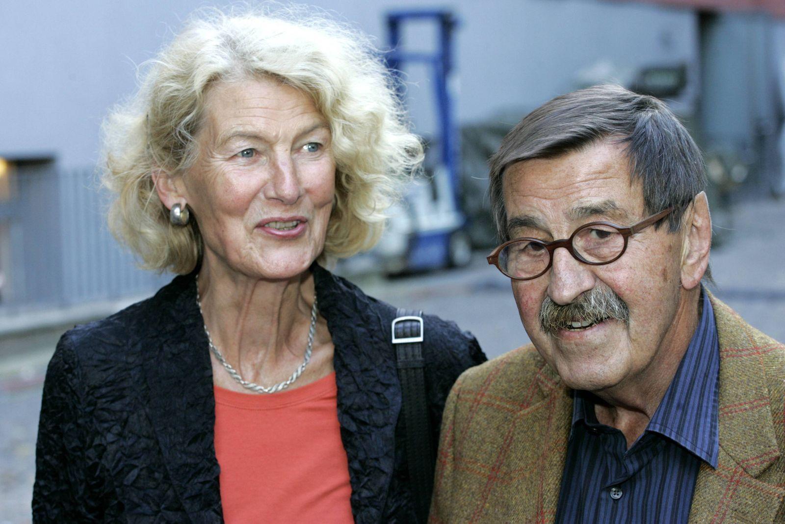 Schriftsteller Günter Grass mit Ehefrau Ute beide GER anlässlich der Vorstellung seines Buches B