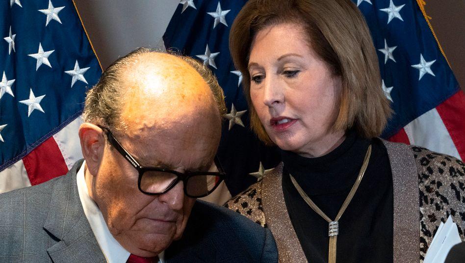 Sidney Powell an der Seite von Trump-Anwalt Rudy Giuliani
